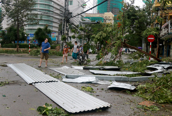 death-toll-from-vietnam-storm-tops-60-and-dams-near-bursting-1