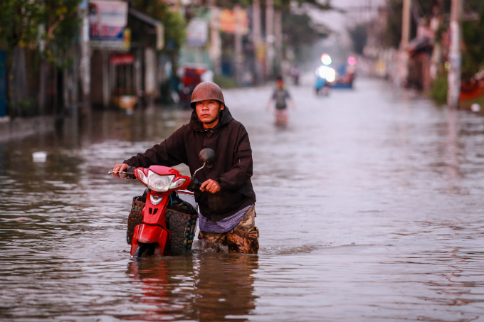 saigon-people-caught-wading-through-record-high-tides