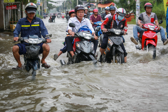 saigon-people-caught-wading-through-record-high-tides-9
