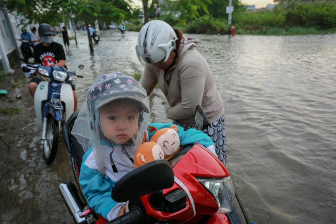 saigon-people-caught-wading-through-record-high-tides-2
