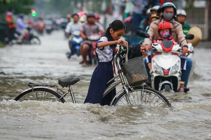 saigon-people-caught-wading-through-record-high-tides-3