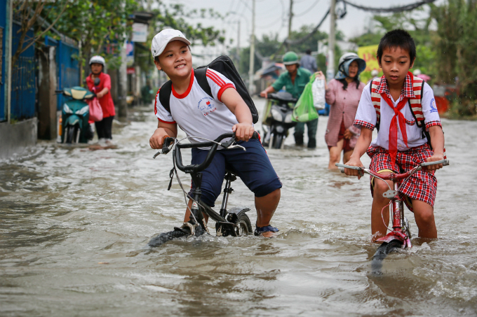 saigon-people-caught-wading-through-record-high-tides-4