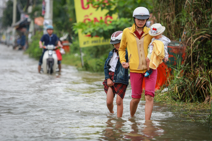 saigon-people-caught-wading-through-record-high-tides-5