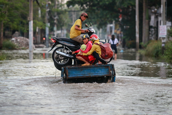 saigon-people-caught-wading-through-record-high-tides-6