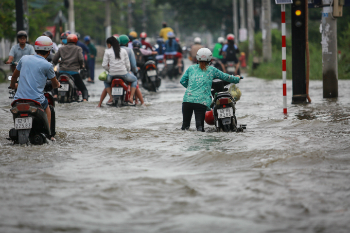 saigon-people-caught-wading-through-record-high-tides-7