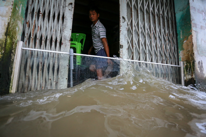 saigon-people-caught-wading-through-record-high-tides-8