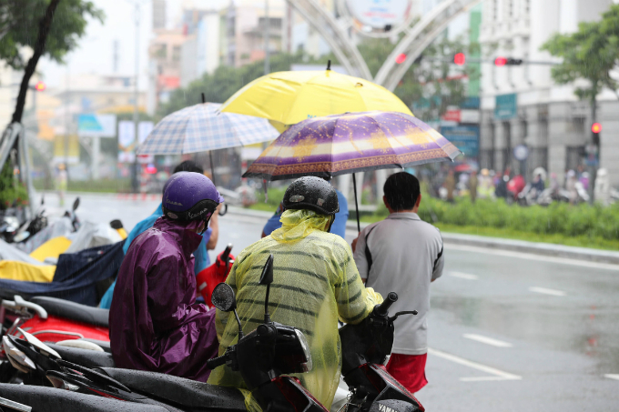 curious-smiles-and-raincoats-welcome-apec-delegates-to-da-nang-3