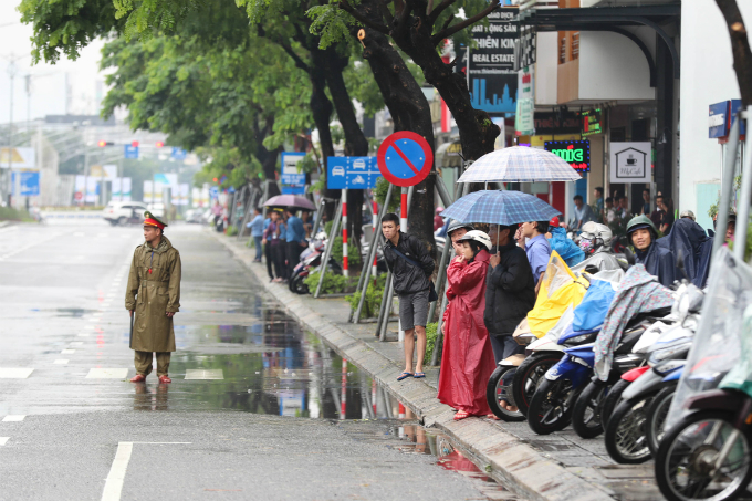 curious-smiles-and-raincoats-welcome-apec-delegates-to-da-nang-4