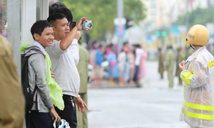 Curious smiles and raincoats welcome APEC delegates to Da Nang