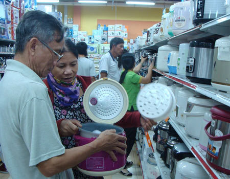 Local consumers tell each other how to distinguish between Chinese and Vietnamese goods. Photo by VnExpress