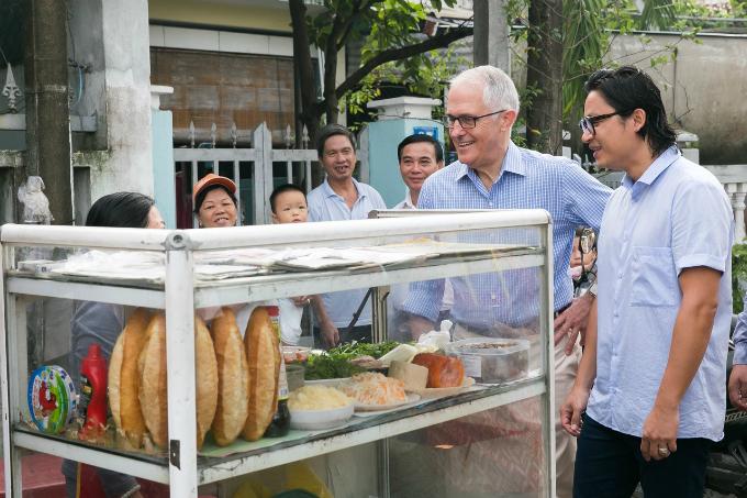 australian-pm-gets-his-first-taste-of-vietnamese-banh-mi-in-da-nang-1
