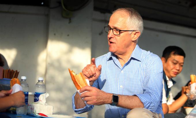 australian-pm-gets-his-first-taste-of-vietnamese-banh-mi-in-da-nang-3