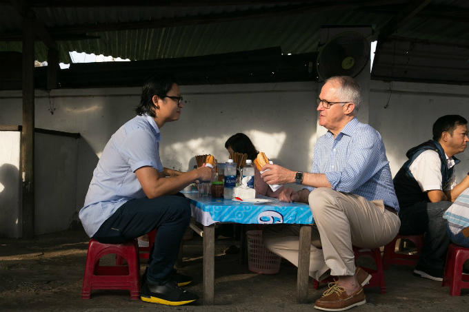 australian-pm-gets-his-first-taste-of-vietnamese-banh-mi-in-da-nang-2
