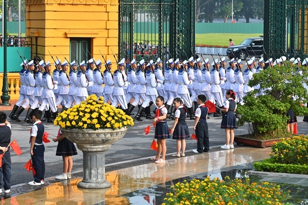 chinese-leader-treated-to-extravagant-welcome-at-hanois-presidential-palace-2