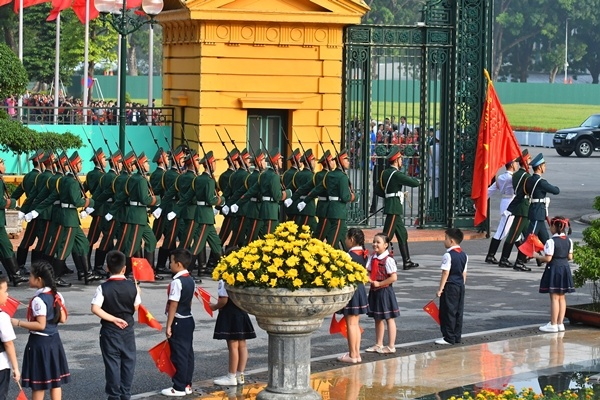 chinese-leader-treated-to-extravagant-welcome-at-hanois-presidential-palace-3