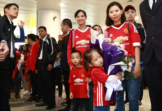 hundreds-of-football-fans-crowd-airport-as-manchester-united-legends-arrive-in-hanoi