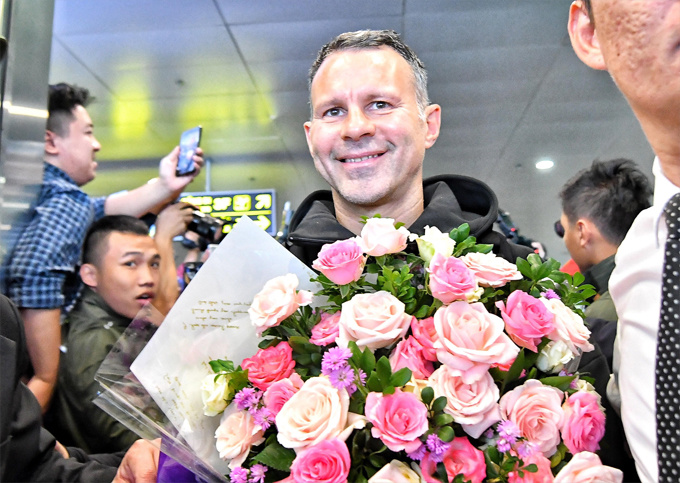 hundreds-of-football-fans-crowd-airport-as-manchester-united-legends-arrive-in-hanoi-1