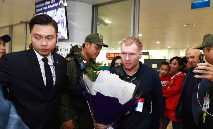 hundreds-of-football-fans-crowd-airport-as-manchester-united-legends-arrive-in-hanoi-2