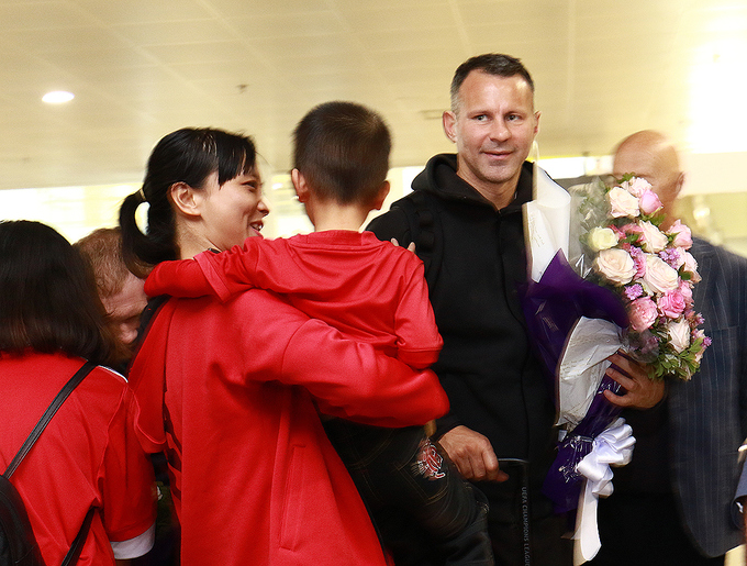 hundreds-of-football-fans-crowd-airport-as-manchester-united-legends-arrive-in-hanoi-3
