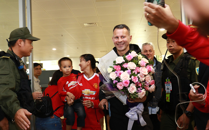 hundreds-of-football-fans-crowd-airport-as-manchester-united-legends-arrive-in-hanoi-4