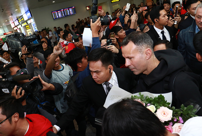 hundreds-of-football-fans-crowd-airport-as-manchester-united-legends-arrive-in-hanoi-5
