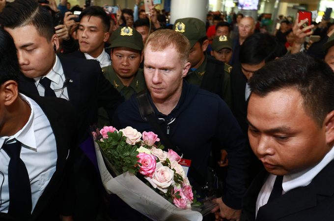 hundreds-of-football-fans-crowd-airport-as-manchester-united-legends-arrive-in-hanoi-6