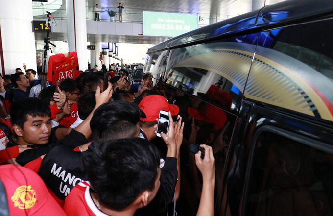 hundreds-of-football-fans-crowd-airport-as-manchester-united-legends-arrive-in-hanoi-8