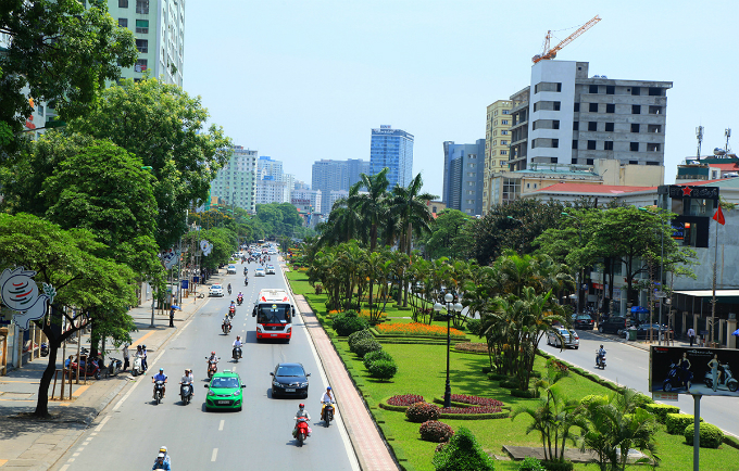 most-beautiful-street-divider-in-vietnam-to-be-hacked-back-to-make-way-for-traffic-1