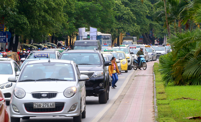 most-beautiful-street-divider-in-vietnam-to-be-hacked-back-to-make-way-for-traffic-5