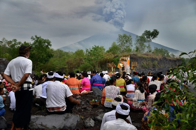 indonesia-extends-bali-airport-closure-due-to-agung-eruption