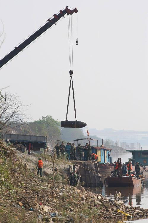 giant-wartime-bomb-removed-from-major-hanoi-river