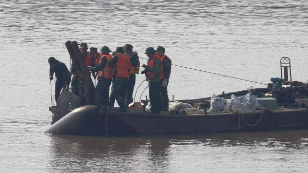 giant-wartime-bomb-removed-from-major-hanoi-river-1