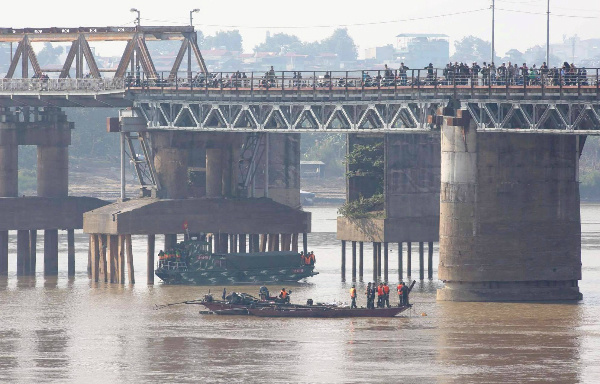 giant-wartime-bomb-removed-from-major-hanoi-river-2