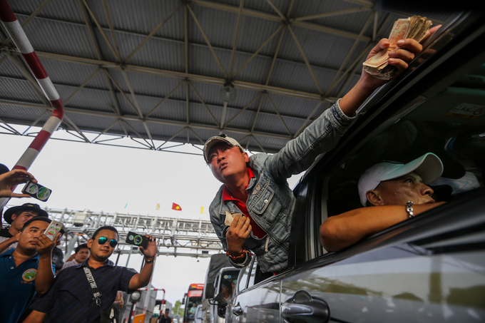 disgruntled-drivers-jam-up-newly-reopened-toll-station-again-in-southern-vietnam