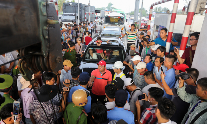 Disgruntled drivers jam up newly reopened toll station again in southern Vietnam