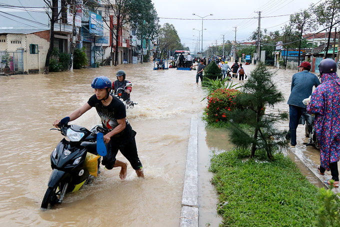 nha-trang-streets-flooded-as-heavy-rain-drenches-the-popular-beach-town-in-south-central-vietnam