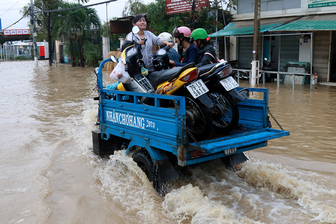 nha-trang-streets-flooded-as-heavy-rain-drenches-the-popular-beach-town-in-south-central-vietnam-5