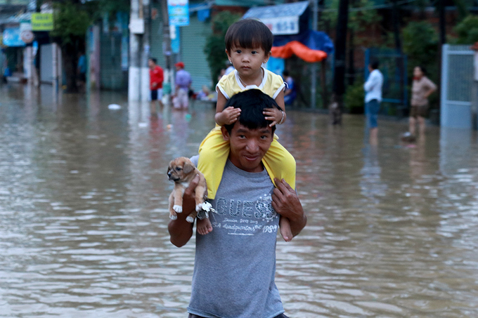 nha-trang-streets-flooded-as-heavy-rain-drenches-the-popular-beach-town-in-south-central-vietnam-8