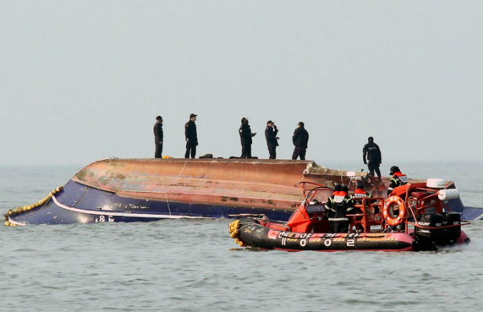 South Korean coastguard members search for missing persons after a fishing boat crashed with a fuel tanker at sea near the western port city of Incheon on December 3, 2017. Photo courtesy of Yonhap/via AFP