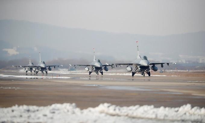U.S. B-1B bomber flies over Korean peninsula during military drills