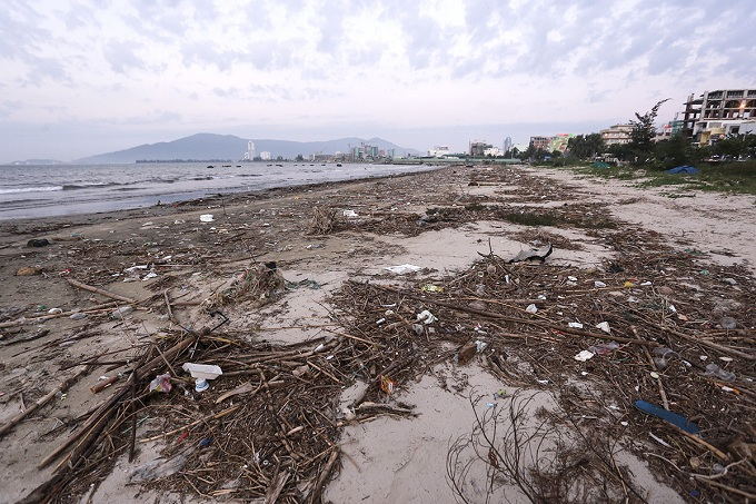 Nguyen Tat Thanh beach, from the end of Da Phuoc coastal urban area to Lien Chieu District is huddled by an immense amount of trash.