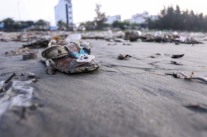 Tien said, Hurricane No. 12 pushed a huge amount of trash to Da Nangs two beaches. Environmental workers, police forces, the army and local people had worked together to clean them for APEC. After that, trash kept coming in, overwhelmed workers.