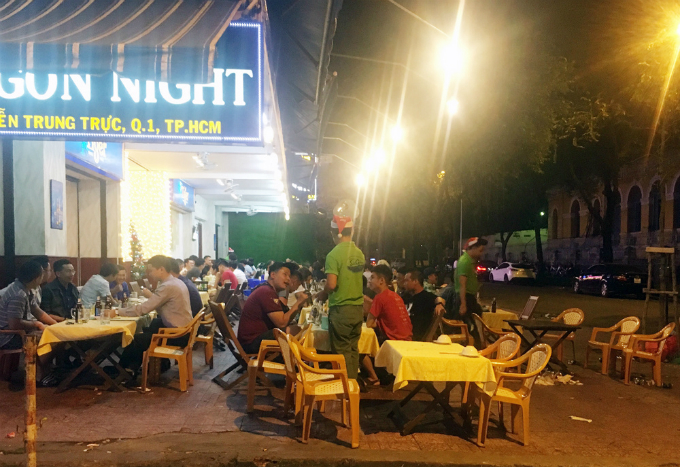 As the new task force only works until 9 p.m., a restaurant on Nguyen Trung Truc Street has come back to the sidewalk.