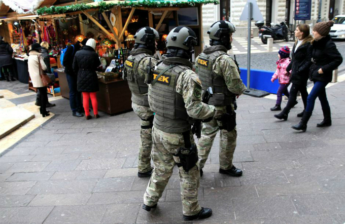 Members of the Hungarian counter-terrorism unit TEK patrol the Christmas market area in Budapest, Hungary, December 22, 2017. Photo by Reuters