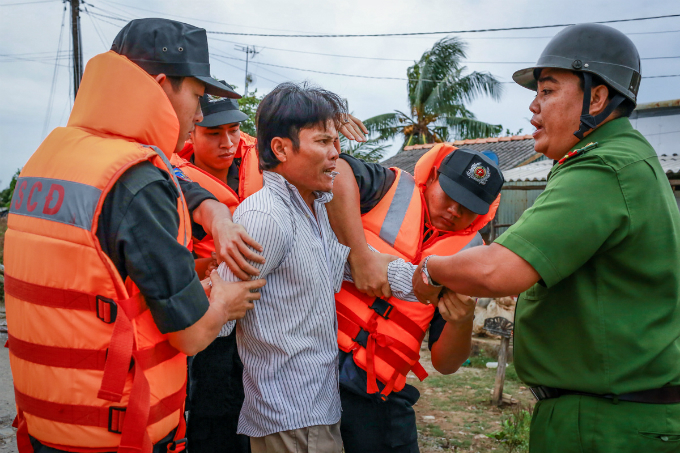 Local authorities enforce mandatory evacuation of a resident in the southern province of Bac Lieu. Photo by VnExpress/Thanh Nguyen
