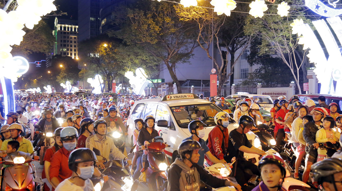What people do during Christmas in Vietnam? They take it to the street! And in busy cities like Saigon and Hanoi, the crowds are the biggest, like what you can see in this photo taken on Sunday night in Saigons District 1.