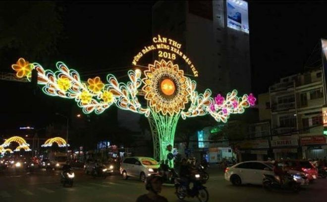 Vietnamese city summons Facebooker for comparing street decoration with thong