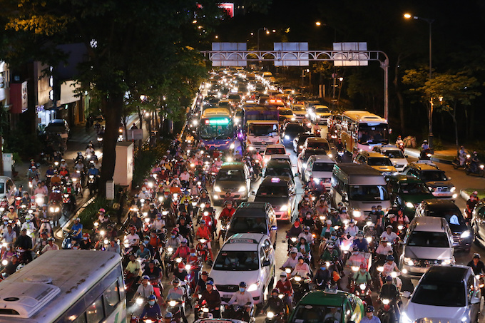 The story is quite the same in Ho Chi Minh City as roads leading to Tan Son Nhat airport and coach stations are all filled up with vehicles on Friday night.