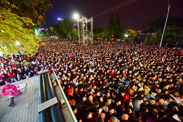 While it was still hours until the new year, the walking streets around Hoan Kiem Lake were already flooded by 6.30 p.m. with a sea of people eagerly awaiting the New Year Countdown Party.