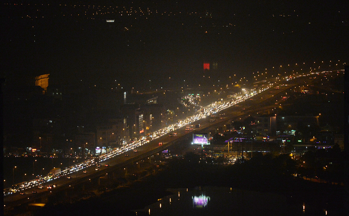 By 7 p.m., the elevated road connecting Thanh Tri Bridge with Ring Road 3 was still heavily jammed.